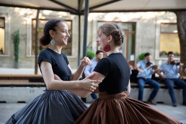 Zenés-táncos meglepetések Debrecen belvárosában