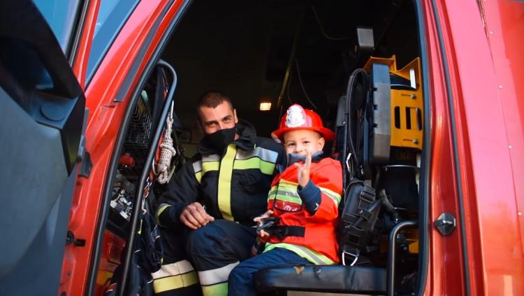 A debreceni tűzoltók vitték óvodába Olivért