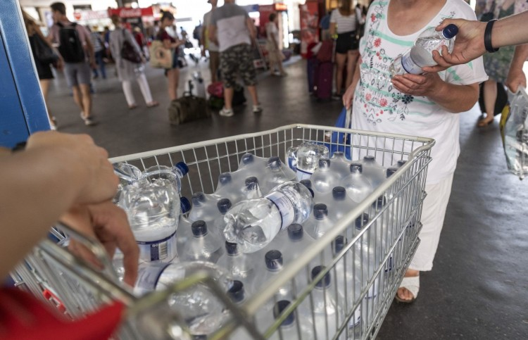 Ingyen osztják az ivóvizet a pályaudvarokon