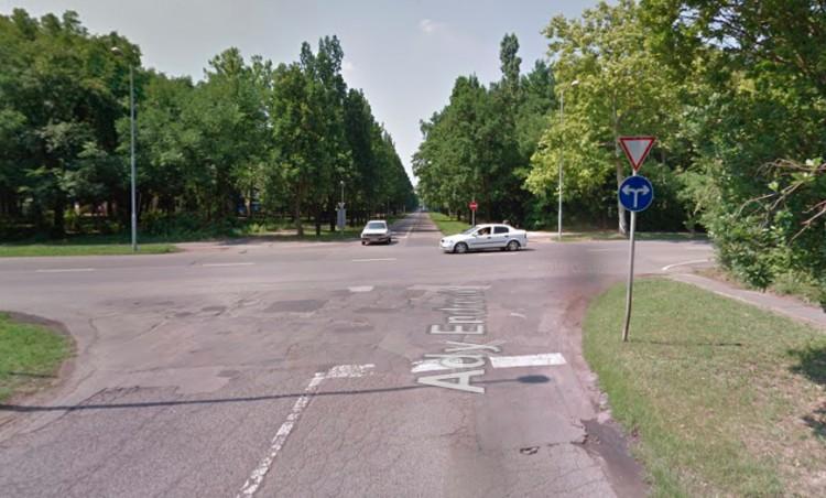 Motor és autó ütközött Debrecenben – riasztották a mentőket