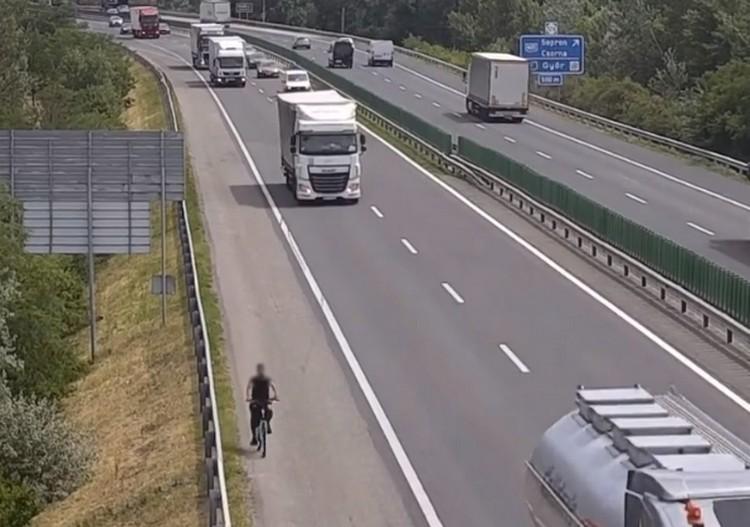 Autópályán bicikliző férfiakat rögzített a Magyar Közút kamerája