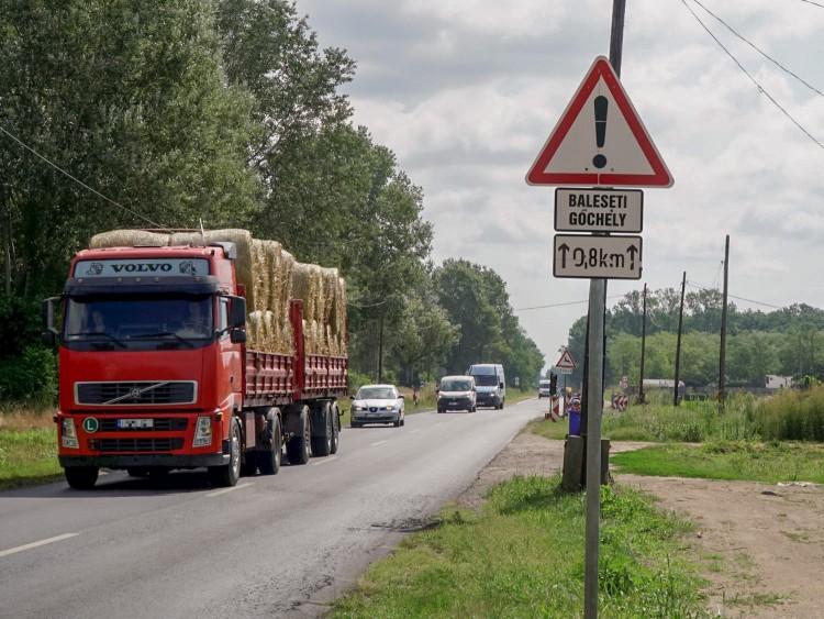 Balesetveszélyre figyelmeztetnek a Külső Vámospércsi úton lakók
