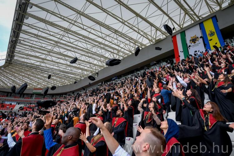 Végzősökkel és családtagjaikkal telt meg a Nagyerdei Stadion