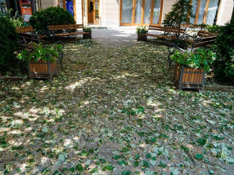 Vihar után a takarítás – Debrecen központjában is