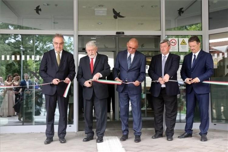Átadták a Debreceni Egyetem onkoradiológiai klinikájának új épületét
