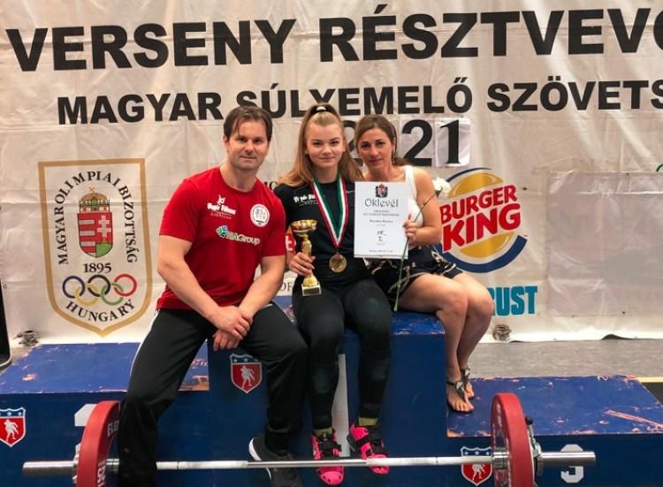 Erős, mégis csinos és nőies: Kecskés Karina magyar bajnok súlyemelésben!
