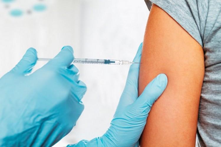 Szívizom- és a szívhártyagyulladás lehet a mellékhatása a Pfizer és a Moderna vakcináknak