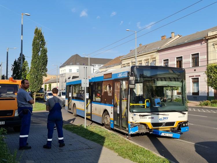 Busz és autó ütközött Debrecenben, a Széchenyi utcában +Fotók