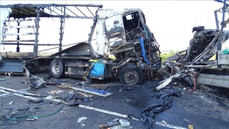 Két kamion ütközött a 4-esen, mindkét sofőr meghalt