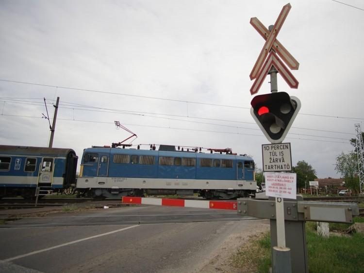 Rövid időszakokra lezárják a Vértesi úti vasúti átjárót