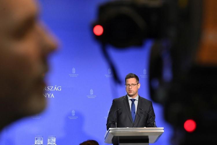 A kormány a 200 ezres minimálbér mellett, mondta Gulyás Gergely