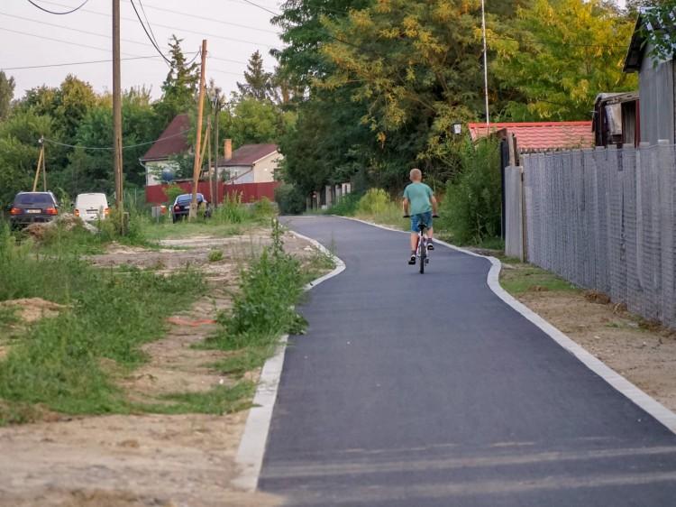 Halad a bicikliút építése a debreceni kertségben