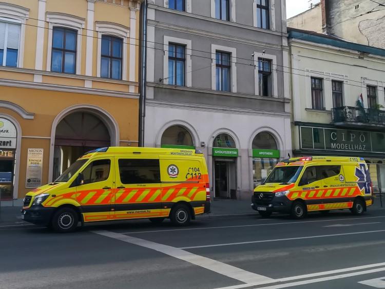 Mentők Debrecen központjában egy rosszullét miatt