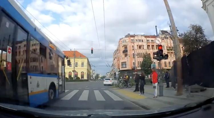 Helyi járat suhant át a piroson Debrecenben +videó