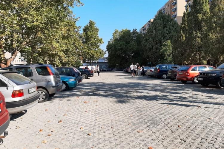 Új parkolókat avattak a Tócóskertben