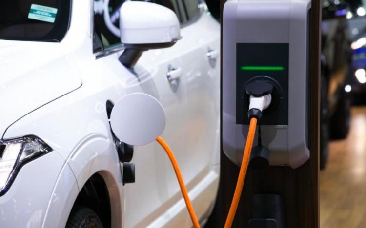 Az elektromos autók fogyasztását is fel kell tüntetni a benzinkutakon