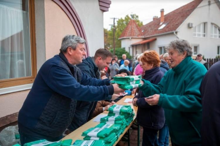Debrecenben a fideszes képviselők osztják a lombgyűjtő zsákokat