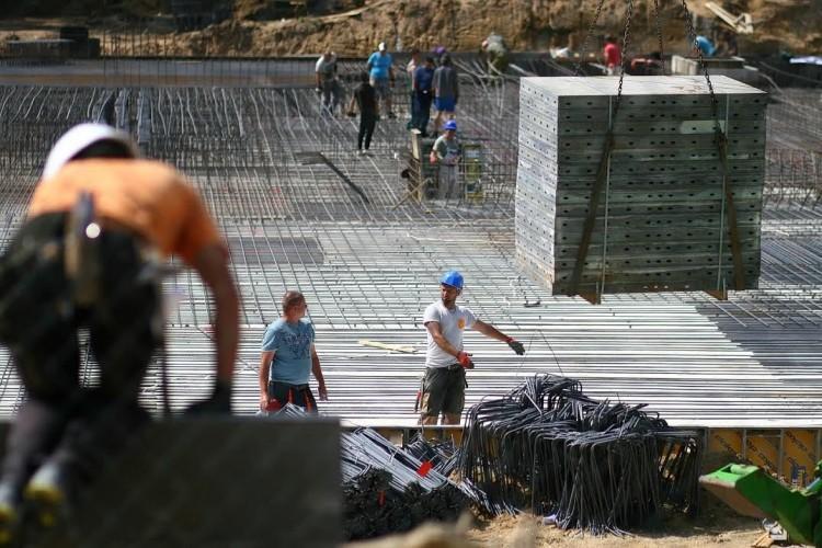 Kijöttek a gödörből. Gőzerővel építik a szállodát Sóstón