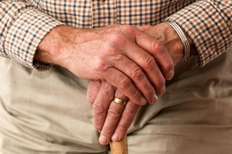 Üzent a kormány a nyugdíjasoknak
