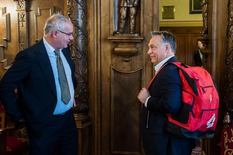 Megmutatta új hátizsákját a miniszterelnök