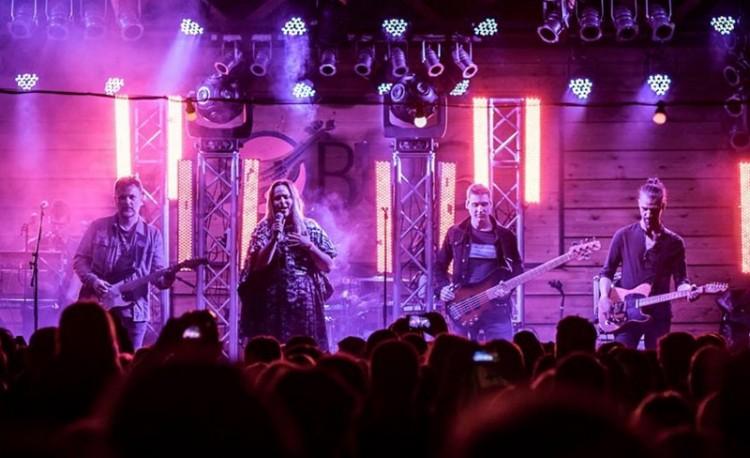 Védtelen koncertezik az énekes Nyíregyházán
