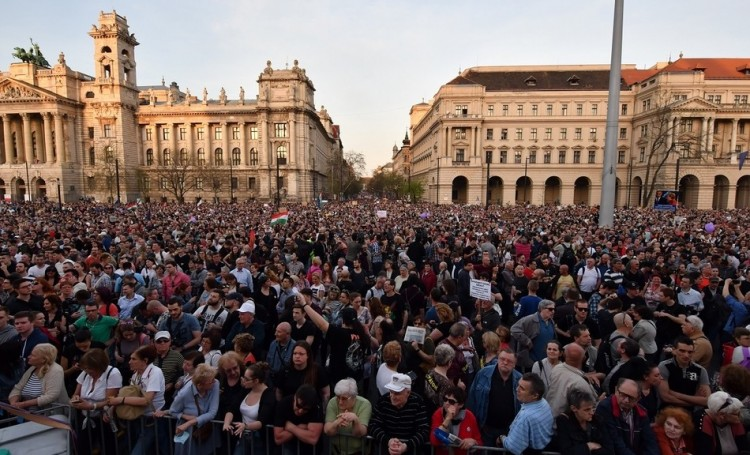Külföldi lapok: vezető hírek között a szombati tüntetés