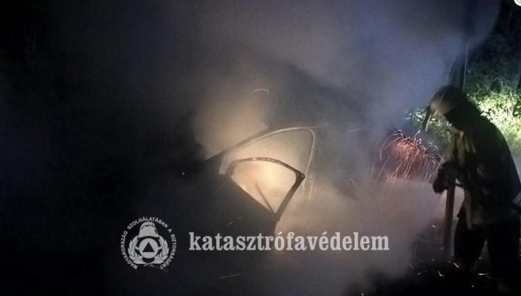 Lángoló autóhoz siettek a tűzoltók Szabolcsban