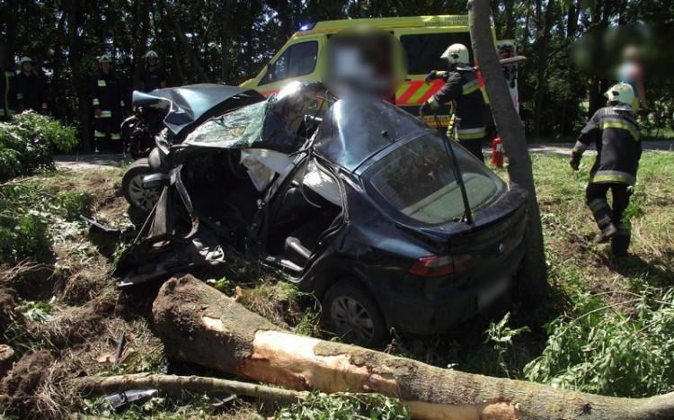 Kocsiba szorult sofőrt mentettek ki Szabolcsban