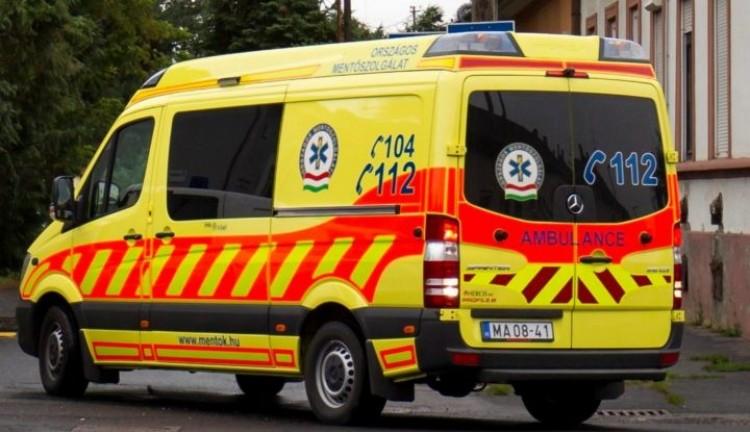 Hatalmas baleset Nyíregyházán, az egyik utas kirepült az autóból
