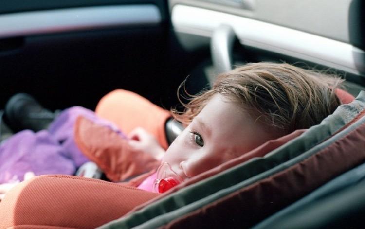 Kocsiba szorult egy kisgyerek Nyíregyházán