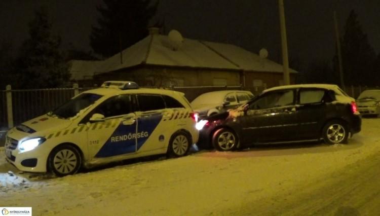 Rendőrautóba rohantak az Orosi úton