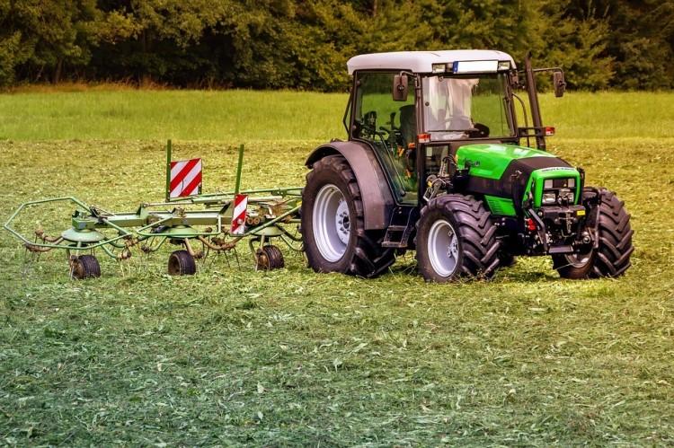 Nem létező traktorokkal keresett milliókat