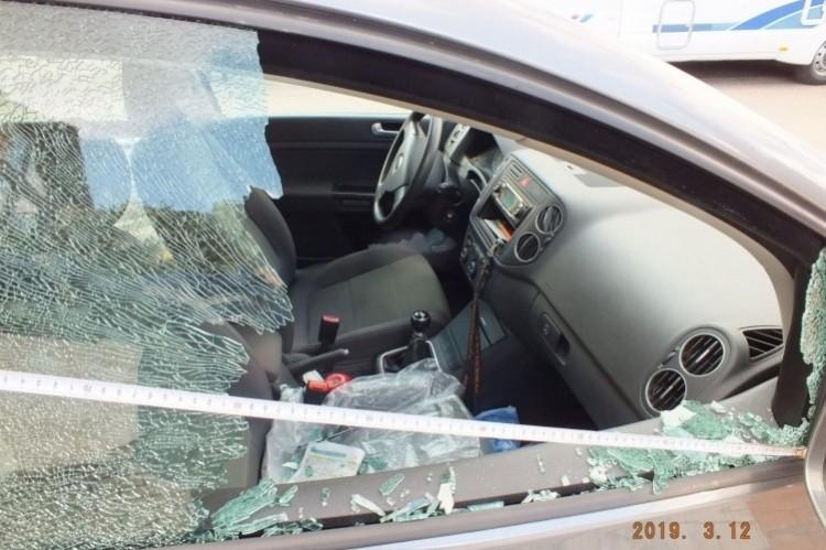 Beverte a kocsi ablakát