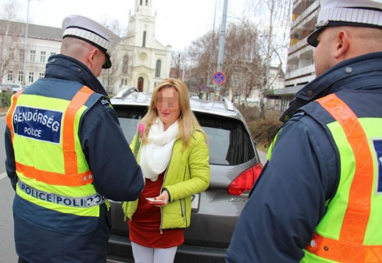 Ez ám a nőnap! Minden nő arcát kitakarták a szabolcsi rendőrök