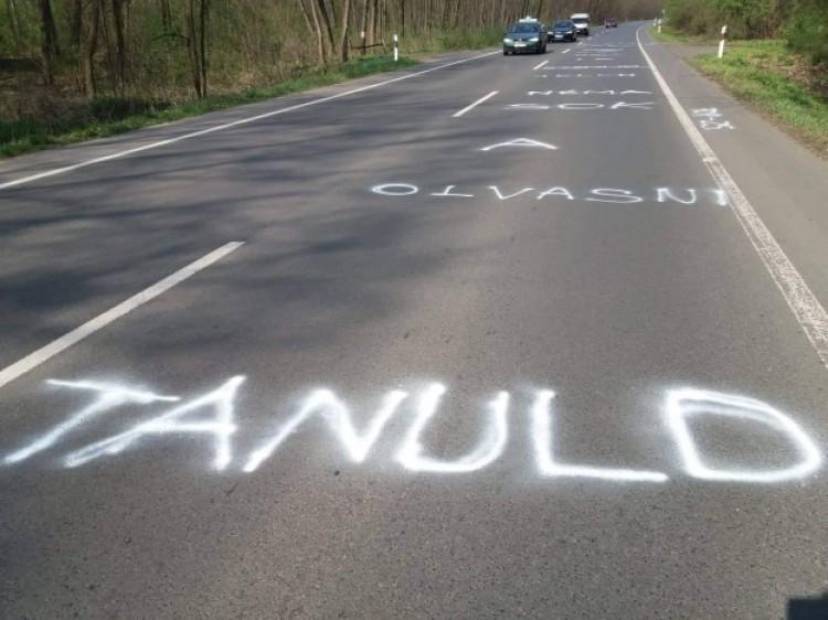 Szerelmes üzenetet festettek az útra Nyíregyházán
