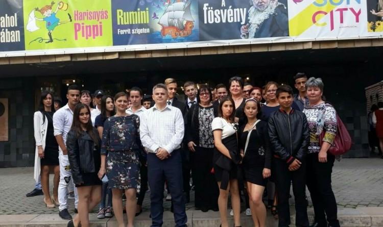 Rendőrök vitték színházba Szabolcsból az állami nevelt gyerekeket