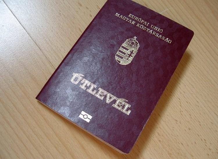Hiányzott pár oldal az útleveléből, de nem zavarta
