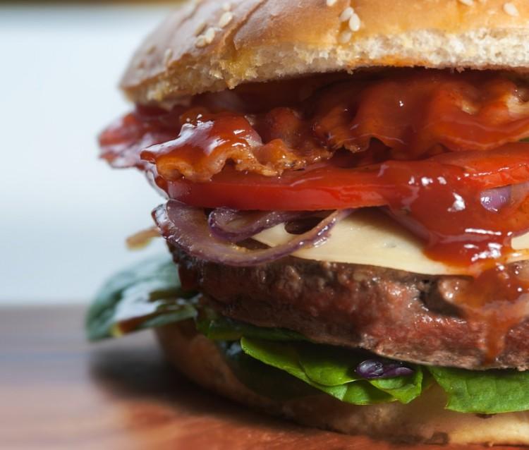 Tízemeletes hamburgert ehetünk Angliában