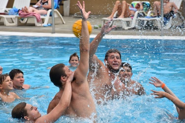 Példaképekkel edzettek a nyíregyházi úszópalánták