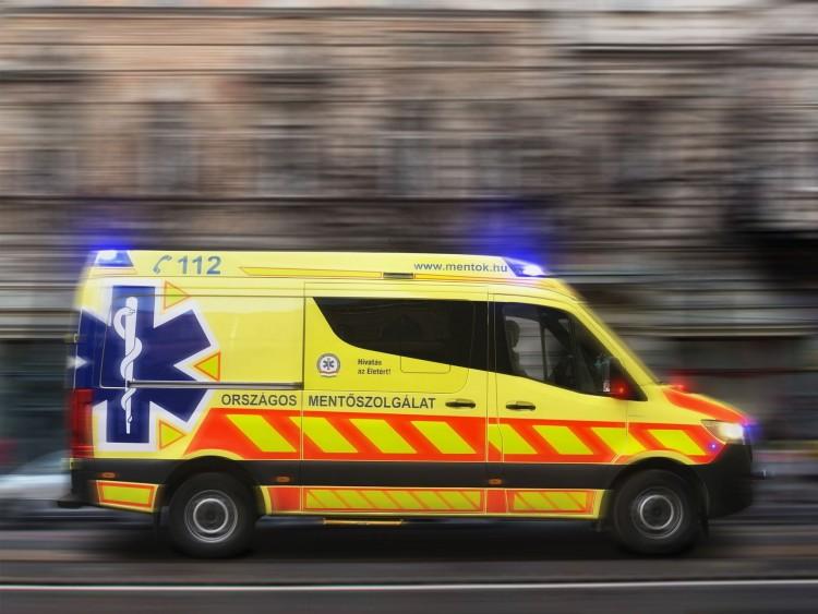 Mentőautót rongáltak Nyíregyházán dühödt rokonok
