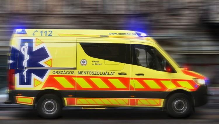 Mentők és tűzoltók is érkeztek a nyíregyházi balesethez