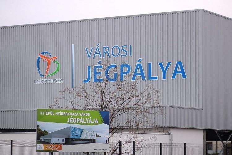 Helyi cég telepít napelemeket a nyíregyházi jégpálya tetejére