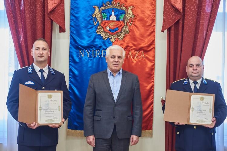 A nyíregyházi polgármester köszönetet mondott a tüzet oltó rendőröknek