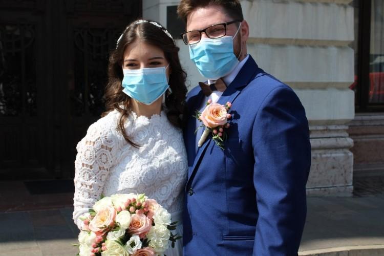 Éljen az ifjú pár! Szájmaszkban, járvány idején mondták ki a boldogító igent