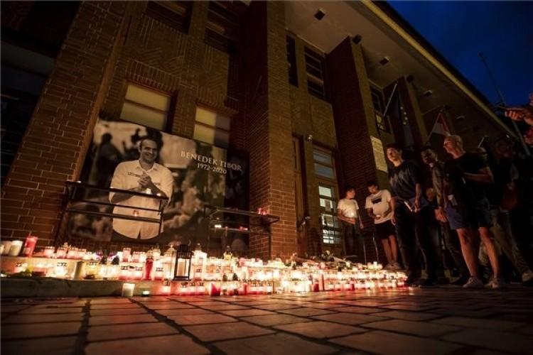 Több ezren gyújtottak mécsest Benedek Tibor emlékére