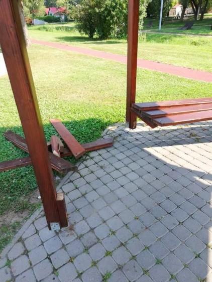 Megrongált padokat, játszószereket javítanak Nyíregyházán