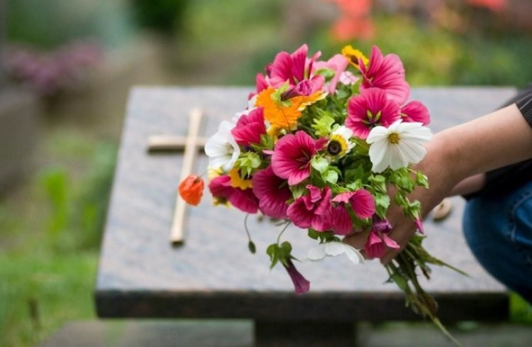 Virágokat lopott egy férfi a csengeri temetőből