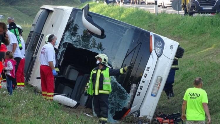 Egy halott, 34 sérült az autópályán felborult buszban + FRISSÍTVE