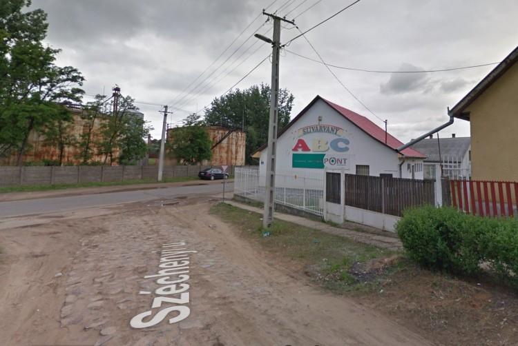 Lakóház kertjébe csapódott egy autó Nyírbátorban