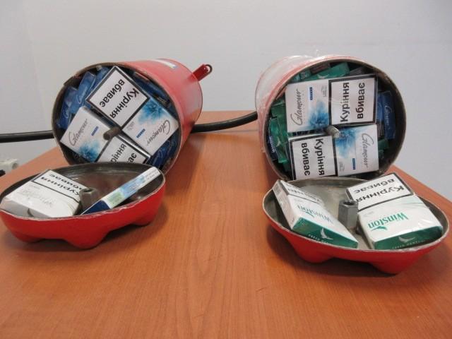Porral oltó készülékbe rejtették a csempészcigarettát ...